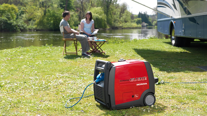 Groupe électrogène portable, dans un jardin.